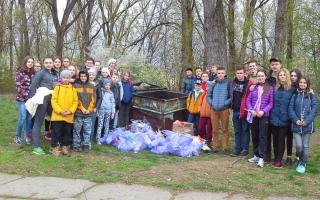 гімназисти прибирали прибережну територію річки Бистриці Солотвинської